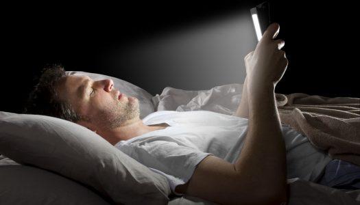 Zašto ne valja gledati u telefon pred spavanje